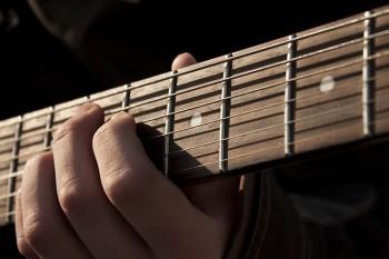 כך תלמדו לנגן על גיטרה מבלי לצאת מהבית